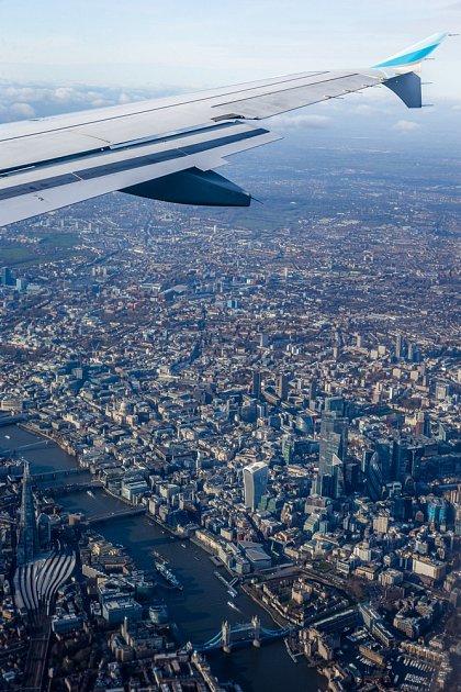 Letadlo společnosti Eurowings nad Londýnem.