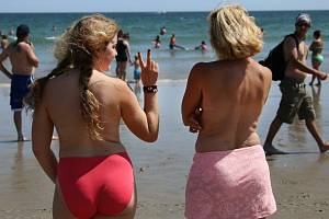 Ženy na pláži - ilustrační foto
