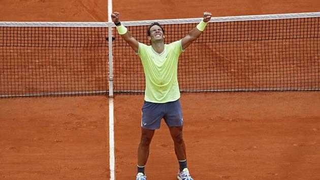 Španělský tenista Rafael Nadal oslavuje své 12. vítězství na French Open