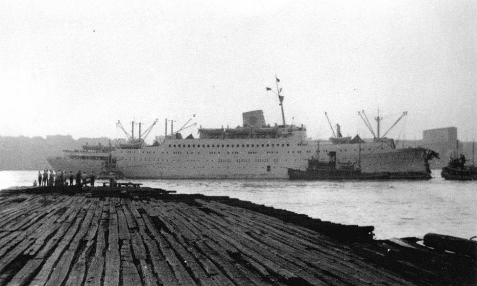 Silně poškozený parník Stockholm se po srážce s lodí Andrea Doria dokázal udržet na hladině a dokonce doplul zpět do New Yorku. Na pravé straně fotografie je možné vidět urženou příď.