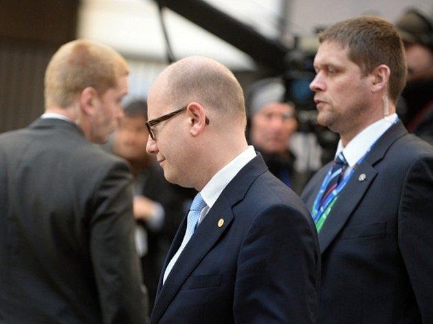 """Zástupci zemí takzvané visegrádské skupiny se hodinu před předpokládaným zahájením dnešní části summitu EU v Bruselu sešli na """"bojové poradě""""."""
