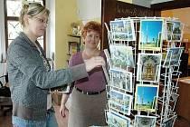 Eva Frantová a Jana Máčková mají v informačním turistickém centru v Oseku co nabídnout. V případě zájmu poskytují turistům také průvodcovské služby po klášteře.