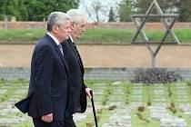 Joachim Gauck a Miloš Zeman uctili v Terezíně oběti nacismu.