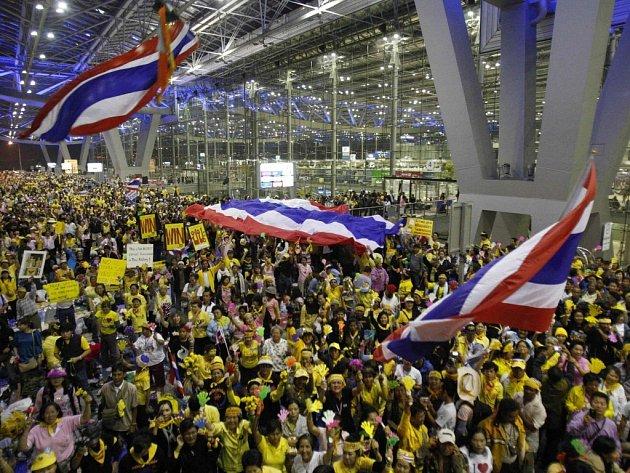 Protivládní demonstranti se rozhodli ukončit blokádu obou letišť v Bangkoku, která okupovali od minulého týdne. Stalo se to poté, co thajský ústavní soud rozpustil vládní stranu.Thajští demonstranti oslavují své vítězství na letišti Suvarnabhumi.