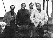 Irský polárník Ernest Henry Shackleton (druhý zleva) během expedice Nimrod, která v roce 1908 objevila Beardmoreův ledovec.