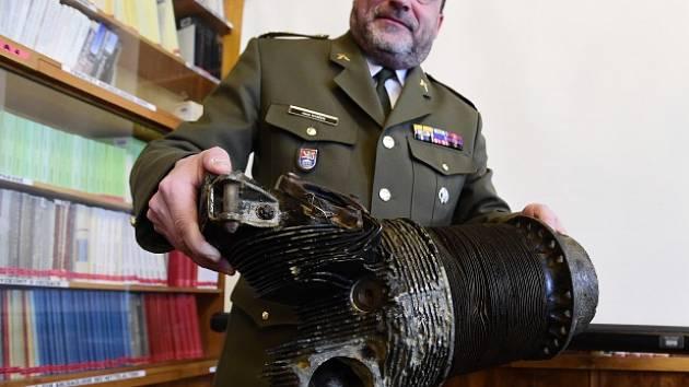 Na snímku ředitel Vojenského historického ústavu Aleš Knížek ukazuje válec hvězdicového motoru Wright R-1820 Cyclone 9.