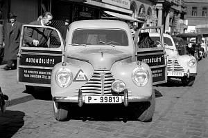 Výcvik. Vozy autoučiliště v Praze z roku 1950. Podle tehdejší zprávy mělo vychovávat ukázněné a spolehlivé jezdce