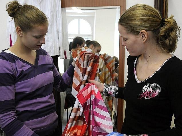 České basketbalistky Kateřina Elhotová (vlevo) s Markétou Bednářovou v rolích módních návrhářek.