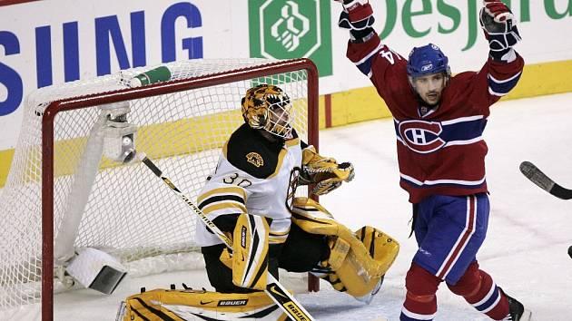 Tomáš Plekanec z Montrealu slaví před brankářem Bostonu Timem Tomasem branku, kterou dal jeho spoluhráč Rus Andrej Kosticyn.
