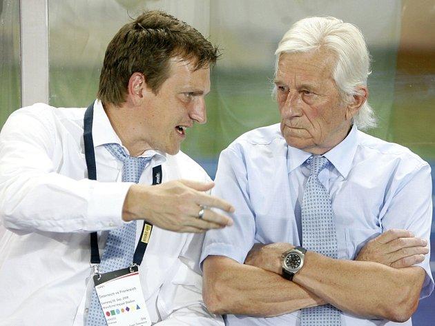 Trenér Rakouska Karel Brückner (vpravo) se svým asistentem Andreasem Herzogem během kvalifikace na MS 2010 proti Francii.