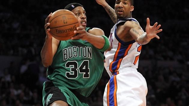 Bostonský Paul Pierce (vlevo) v souboji s Timem Thomasem z New York Knicks.