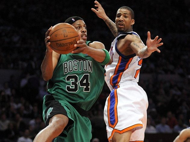 Bostonský Paul Pierce (vlevo) v souboji s Timem Thomasem z New York Knicks.