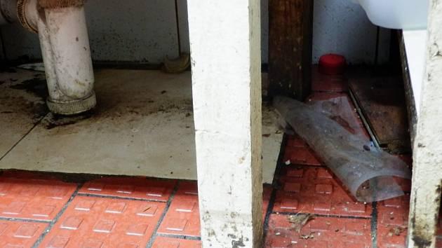 Znečištěná podlaha v kuchyni.