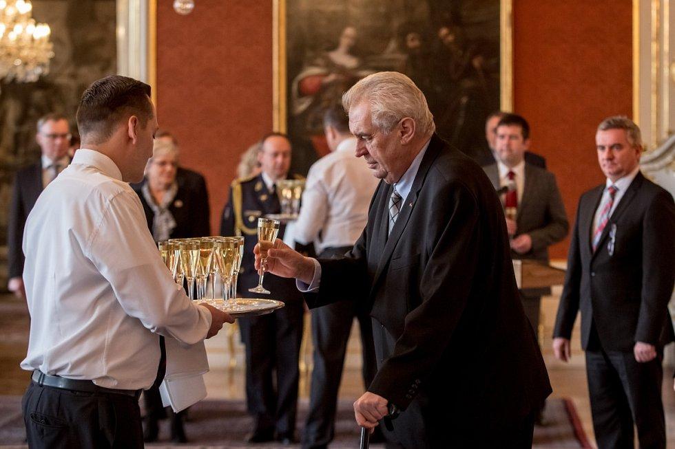 Prezident Miloš Zeman jmenoval 30. listopadu v Praze novým ministrem zdravotnictví Miloslava Ludvíka a novým ministrem pro lidská práva a legislativu Jana Chvojku.