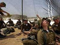 Izraelská armáda vyslala obrněné vozy do neobydlené oblasti u hranic.
