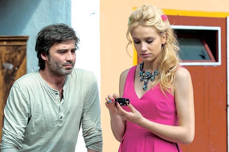 V komedii Andílek na nervy si zahrála dceru Pavla Řezníčka.