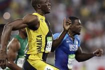 Jamajský sprinter Usain Bolt porazil Američana Justina Gatlina ve finále na 100 m.