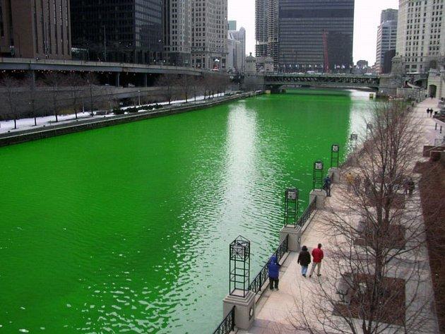Na den svatého Patrika barví v Chicagu i řeku na zeleno.