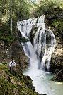 Číslo 1: Příjemné čtení Deníku u nádherného vodopádu v Alpách.