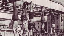 Mrtvoly popravených byly pověšeny hlavou dolů