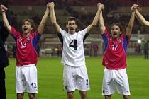 Fotbaloví reprezentanti (zleva) Petr Voříšek, Tomáš Galásek a Roman Týce se radují z vítězství nad Rakouskem.