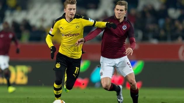 Bořek Dočkal ze Sparty (vpravo) a Marco Reus z Dortmundu.