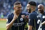 Utkání 38. kola anglické fotbalové ligy Brighton - Manchester City. Fotbalisté Manchesteru City (zleva) Danilo a Rijád Mahriz se radují z vítězství