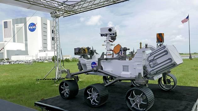 Replika robotického vozítka Perseverance (Vytrvalost) v Kennedyho vesmírném středisku na Floridě, 29. července 2020