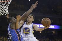 Stephen Curry z Golden State (vpravo) se snaží posadit přes Kevina Duranta z Oklahomy.