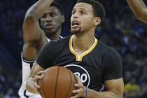 Stephen Curry z Golden State se prosazuje proti Brooklynu.