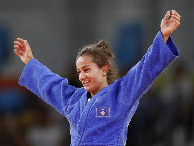 Judistka Majlinda Kelmendiová vybojovala pro Kosovo první olympijské zlato v historii.