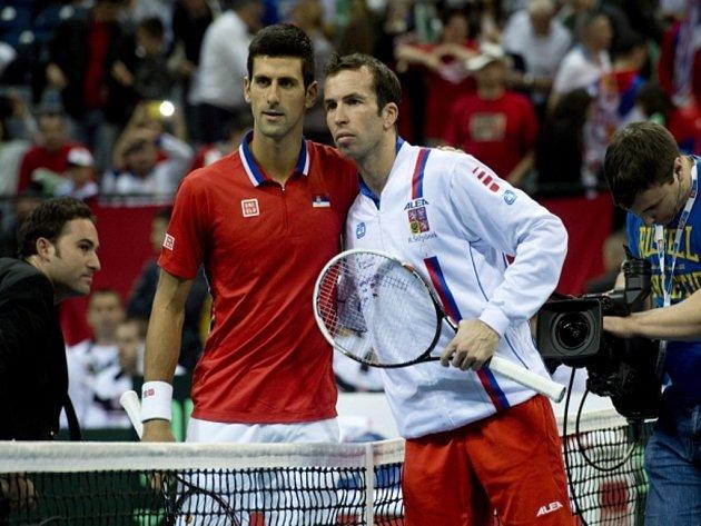 Novak Djokovič ze Srbska (vlevo) a Radek Štěpánek před duelem finále Davis Cupu.