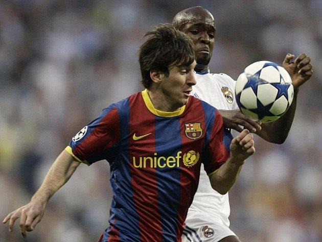 Kanonýr Barcelony Lionel Messi (vlevo) a Lassana Diarra z Realu Madrid.