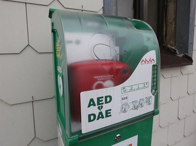 Automatický externí defibrilátor. Ilustrační foto.