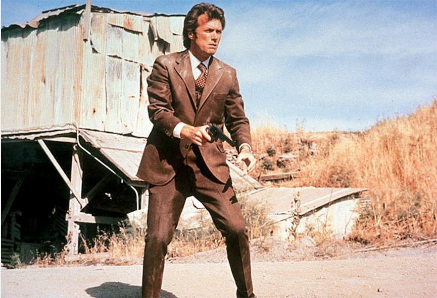 Inspektor Harry Callahan, přezdívaný Drsný Harry, je pověřen případem střelce a vyděrače, který terorizuje San Francisco.