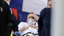 Záchranáři odvážejí na nosítkách dánského fotbalistu Christiana Eriksena, kterého postihl kolaps během utkání s Finskem.