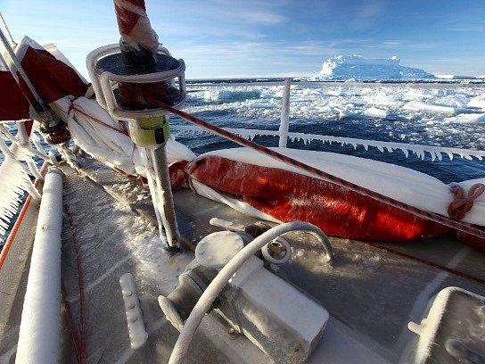 Česko-polská expedice vytvořila nový námořní rekord a na plachetnici Selma (na snímku) doplula 12. února po téměř měsíci plavby až do Velrybí zátoky v Rossově moři u Antarktidy. Jde o vůbec první jachtu, která doplula až tak daleko na jih.