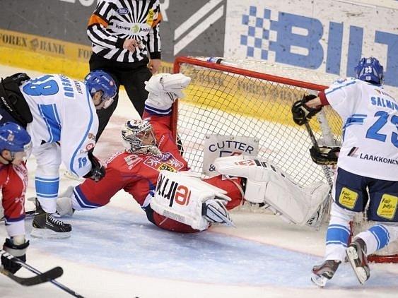 Ondřej Pavelec předváděl v utkání proti Finsku psí kusy.