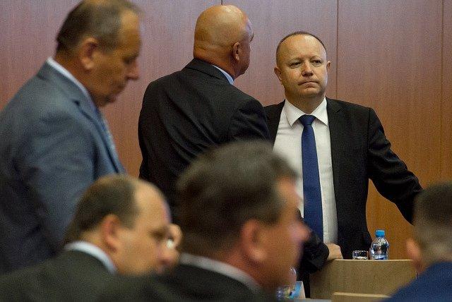 Bývalý generální sekretář Fotbalové asociace ČR (FAČR) a kandidát na předsedu asociace Petr Fousek (vpravo) na valné hromadě FAČR