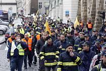 Přes dva tisíce policistů, hasičů a dalších státních zaměstnanců demonstrovaly v Praze proti plánovanému čtyřprocentnímu snížení svých platů.