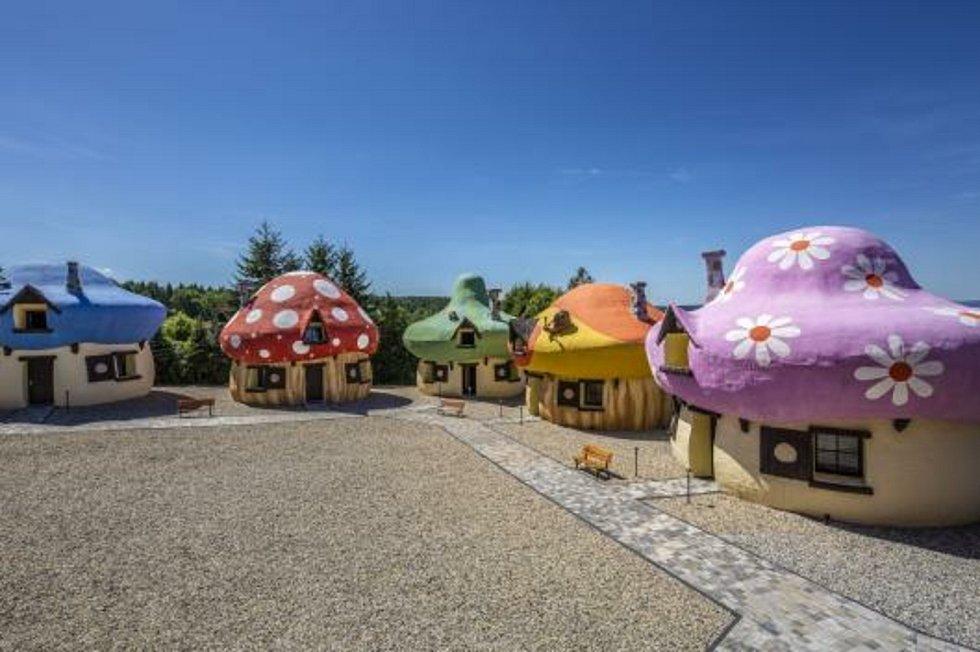 Šmoulí vesnička, která náleží k Hotelu Jesenice, vrací dospělé do dětství a dětem připravuje netradiční zážitek.