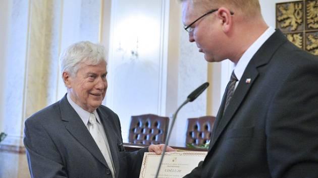Uznávaný astrofyzik Jiří Grygar dostal Cenu předsedy Rady pro výzkum, vývoj a inovace (RVVI) za propagaci a popularizaci výzkumu. Udělil mu ji místopředseda vlády pro výzkum a předseda rady Pavel Bělobrádek.