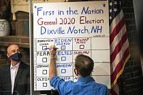 Člen volební komise v osadě Dixville Notch ve státě New Hampshire zapisuje místní výsledek prezidentských voleb. Všech pět platných hlasů zde získal Joe Biden