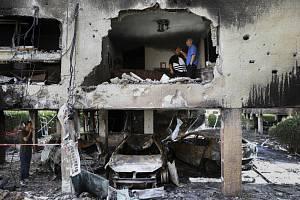 Následky výbuchu rakety vystřelené z Pásma Gazy v izraelském městěPetach Tikva.