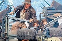 Znovu v jednom kole. Ani ve čtvrtém filmu zachovávajícím starosvětský vzhled nebudou chybět honičky, zničená auta a svižný spád. Indiana Jones (Harrison Ford) má opět plné ruce práce...