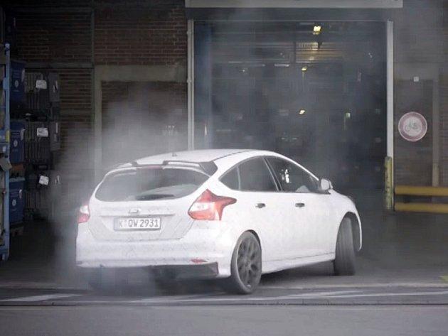 Ken Block prohnal nový Ford Focus RS v areálu automobilky.