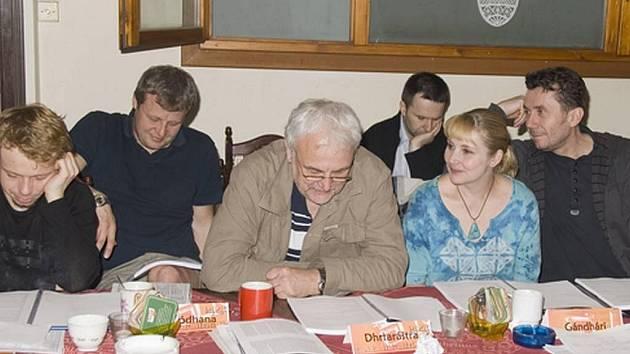 Mahábhárata, 1. čtená zkouška v Divadle ABC (zleva) - nová herecká posila souboru MDP Viktor Dvořák a kolegové Vasil Fridrich, Vladimír Čech, Veronika Gajerová a Aleš Procházka.