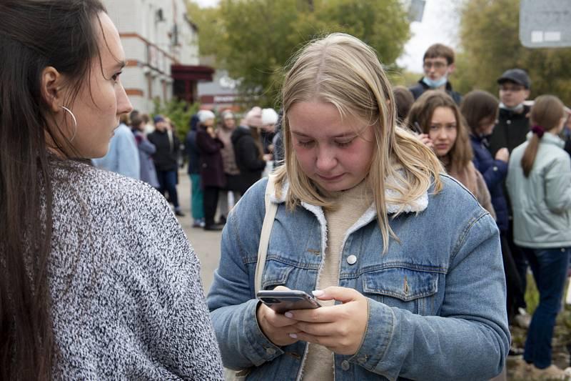 Studenti před státní univerzitou v Permu, kde útočník postřílel několik lidí