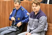 Lobbista Marek Dalík (vpravo) stanul 18. listopadu 2019 před Okresním soudem ve Znojmě, který začal projednávat jeho žádost o podmíněné propuštění z vězení. Za podvod při nákupu Pandurů dostal pět let vězení. Odpykal si půlku trestu