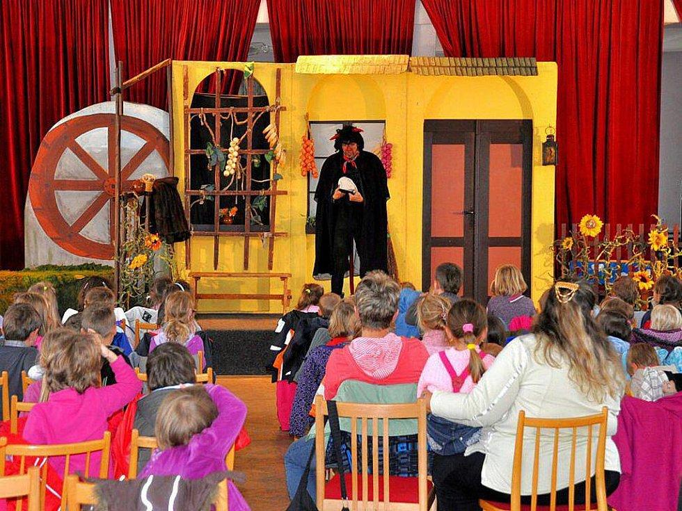 Dětský filmový a televizní festival Oty Hofmana, který se koná v těchto dnech v Domu kultury v Ostrově na Karlovarsku, baví hlavně děti z místních škol a školek. Sály, v nichž se konají filmová i divadelní představení, jsou zaplněny do posledního místa.